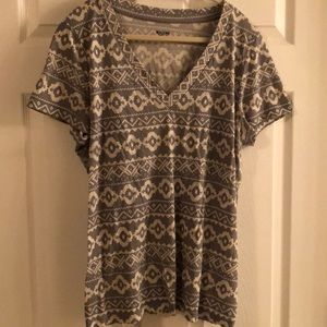 Gray/white patterned v-neck T-shirt